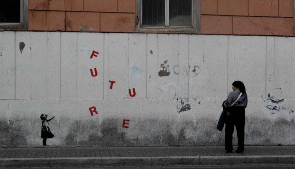 Kobieta patrzy namur znapisaem Future